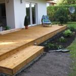 Terrasse mit Treppe und Bepflanzung